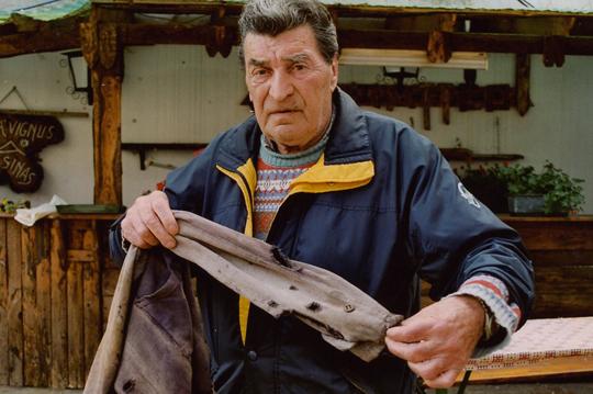 Cesarino Ventorini zeigt seine von Kugeln durchsiebte Jacke