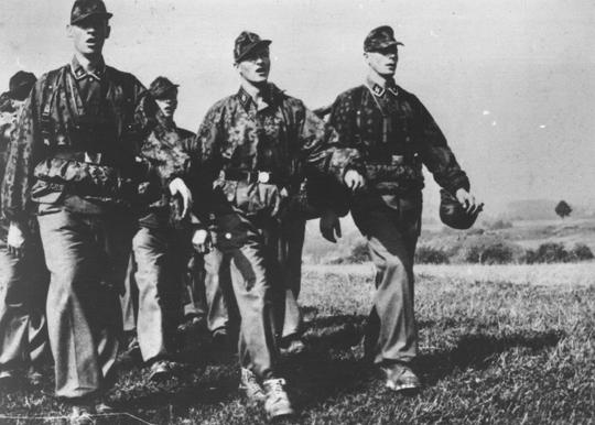Mitglieder der SS-Karstwehr marschieren