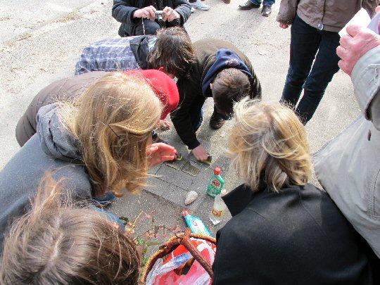Schüler putzen Stolpersteine in Hamburg
