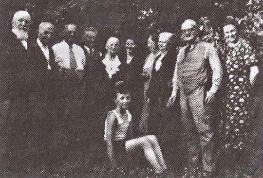 Treue Freunde um 1936 bei den Treitels in Berlin. Von links Rabbiner Dr. Link und Ex-Abgeordneter Dr. Moses, rechts zwischen Elfriede und Anna Nemitz Dr. Richard Treitel, der Bub in der Mitte ist der heutige Prof. Dr. Kurt Nemitz. (Foto: Privatarchiv Prof. Dr. Nemitz/Bremen)