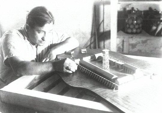 """Chanan Frenkel beim Bau des Modells einer """"Mauer- und Turmsiedlung"""" für die Weltausstellung in New York, 1939, Foto: Itzhak Kalter"""