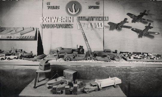 """Schaufenster der Jerusalemer Werkstatt """"Schwerin Wooden Toys"""", 1942/43, Foto: Ricarda Schwerin"""