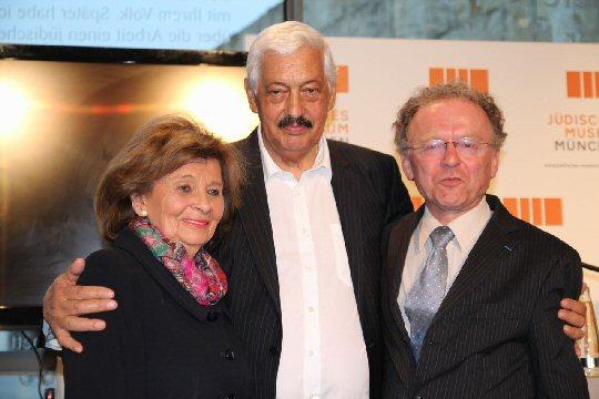 Hugo Höllenreiner (Mitte) mit Charlotte Knobloch und Andreas Maislinger