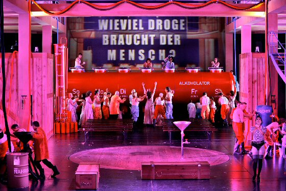 Bayreuther Festspiele 2013 - TANNHÄUSER, Musikalische Leitung: Axel Kober, Inszenierung: Sebastian Baumgarten, Bühnenbild: Joep van Lieshout, Kostüme: Nina von Mechow 2. Akt, © Bayreuther Festspiele / Enrico Nawrath