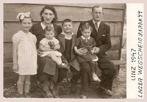 Familie Kasten 1947 im DP-Lager Wegscheid/Linz, Autorin Dina Dor ganz links