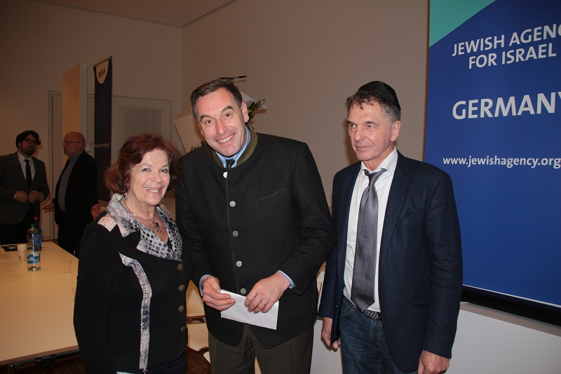 Richter Renesse (Mitte) mit Jo-Achim Hamburger und Asya Levit, Überlebende der Schoa und Gemeindemitglied der IKG