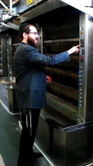 Rabbi Chitrik beim sonntäglichen Einschalten der Backöfen
