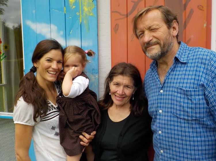 Anusch und Johannes Thiel mit Tochter Rebekka und Enkelin Tara