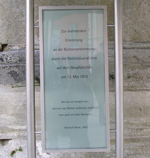 Die Gedenktafel am Neupfarrplatz inklusive Heine-Zitat