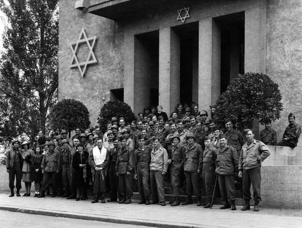 Anfang Juli 1945 wurde die Synagoge durch US Chaplain Samuel Binder im Rahmen eines feierlichen Gottesdienstes eingeweiht. Foto: Stadtarchiv Bad Nauheim