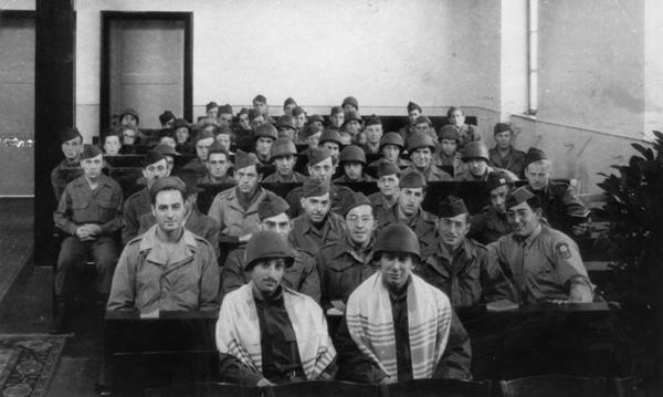 Erster Gottesdienst in der Synagoge Bad Nauheim, 27. April 1945, Foto: Jüdische Gemeinde Bad Nauheim