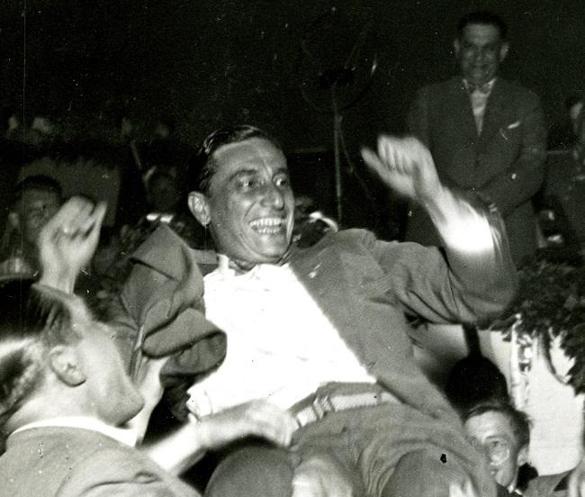 Foto oben:Meisterschaftsfeier 1932, die Mannschaft lässt Trainer Little Dombi (Richard Kohn) hochleben. Dahinter freut sich Kurt Landauer.
