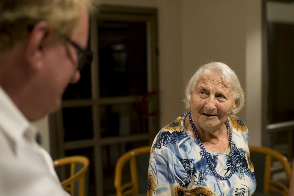 Tuvia Tenenbom im Gespräch mit einer Heimbewohnerin