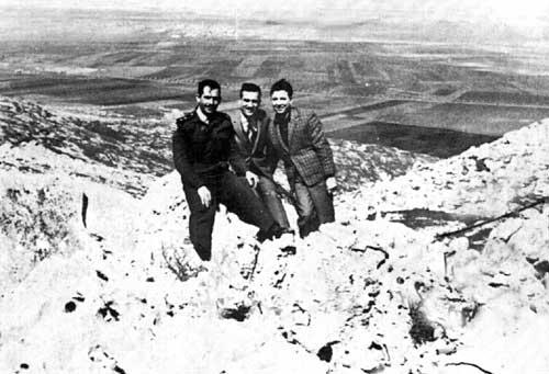 Eli Cohen (Mitte) mit syrischen Freunden in den Golanhöhen. Zivilisten war es eigentlich nicht gestattet, den Golanzu besuchen.