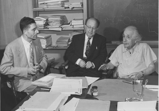 Kurt Eisemann im Gespräch mit Mathematikprofessor Jekuthiel Ginsburg und Albert Einstein