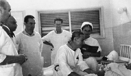 Dr. Harry Heller (sitzend) bei der Visite im Beilinson Krankenhaus