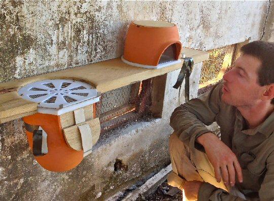 Lavi Bar mit seiner neuen Bienenwohnung aus Terrakotta