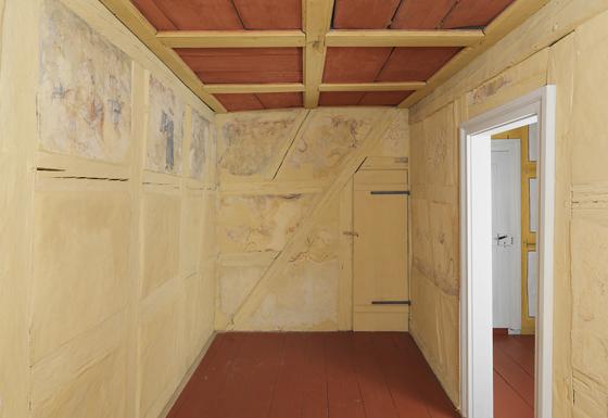 Blick in die Laubhütte mit den freigelegten Fresken und der zu öffnenden Kassettendecke,© Jüdisches Museum Franken
