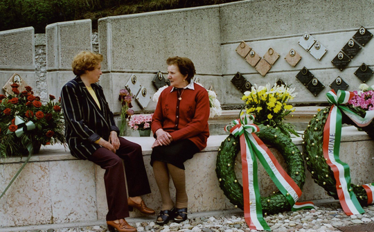 edes Jahr am 2. Mai versammeln sich die Bürger Avasinis an der Gedenkstätte
