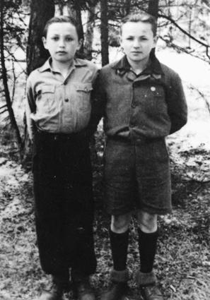 Leon und Bernhard Milchvor der Unterkunft in Aschau,Repro: nurinst-archiv