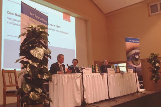Unter der Leitung des Journalisten Michael Husarek diskutierten Ulrich Maly (links) und Norbert Frei (rechts). Foto: Jim G. Tobias