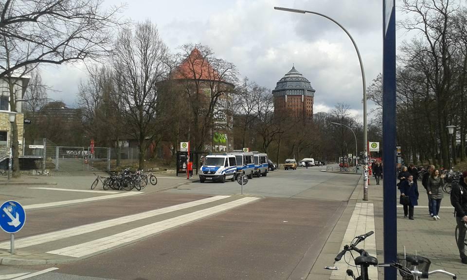 """Die Polizei - im Schanzenviertel eine Woche zuvor (am 31. 3.) bei einer kleinen Straßenblockade schnell vor Ort, in Blankenese im """"rechtsfreien Raum"""" nicht"""