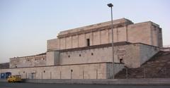 Der Rest der baufälligen Zeppelintribüne. Schon Mitte der 1960er Jahre ließ die Stadt Nürnberg über 100 Pfeiler des Säulengangs wegen Baufälligkeit sprengen. Foto: Wikipedia/Stefan Wagner