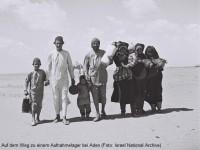 Eine jemenitisch-jüdische Familie wandert durch die Wüste zu einem Aufnahmelager bei Aden (Foto: Israel National Photo Archive)