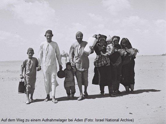 Eine jemenitisch-jüdische Familie wandert durch die Wüste zu einem Aufnahmelager bei Aden
