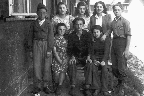Yola (2. v. l. stehend) im Kreise ihrer Freunde, Repro: nurinst-archiv