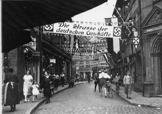 """Straßenszene Fürth: """"Straße der deutschen Geschäfte"""""""