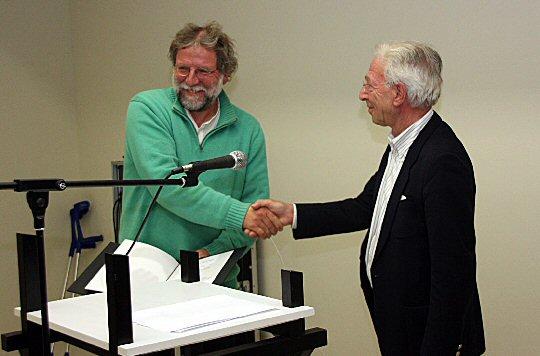 Laudator Peter Finkelgruen (r) gratuliert Karl Rössel