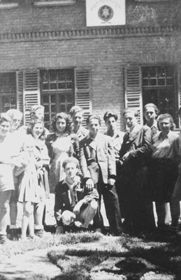 Zionistische Jugendgruppe in Gabersee. Am unteren Bildrand ist zu erkennen, dass der Rasen in Form eines Davidsterns geschnitten wurde. Foto: nurinst-archiv