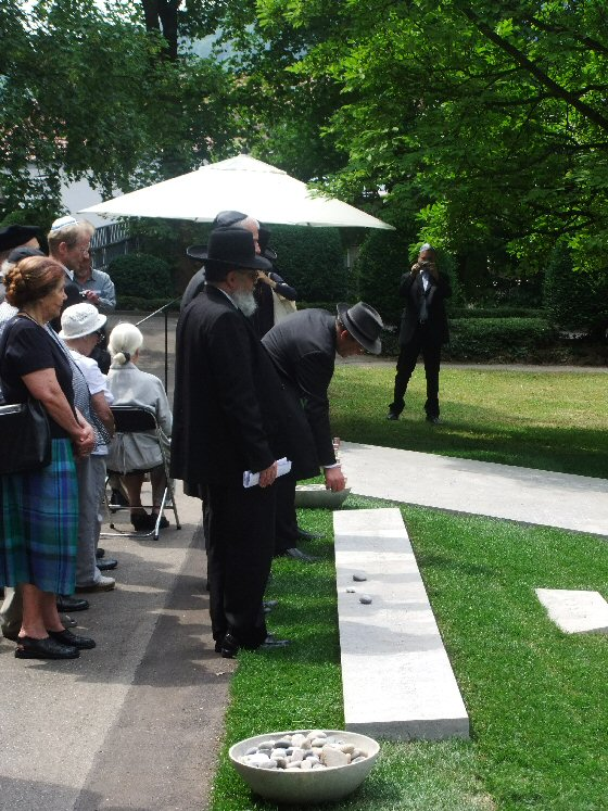 Grabsteinsetzung für jüdische KZ-Opfer in Esslingen