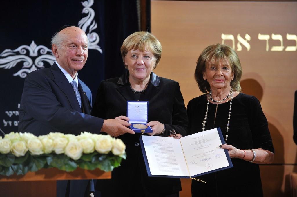Rabbiner Arthur Schneier, Bundeskanzlerin Dr. Angela Merkel und IKG-Präsidentin Dr. h.c. Charlotte Knobloch bei der Verleihung der Ohel-Jakob-Medaille in Gold. Foto: Astrid Schmidhuber