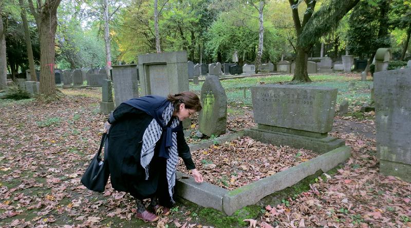 Prof. Deganit Stern Schocken, Israel, am Grab ihres Großonkels Willy Stern, 2014