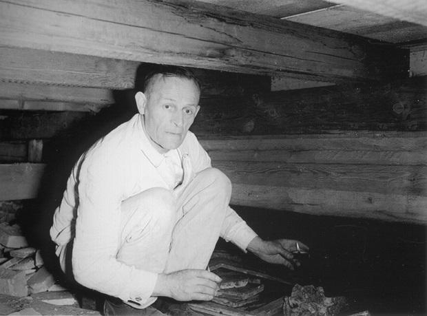 Der Kriminalbeamte Georg Kerling leuchtet mit einem Teelicht den Tatort aus. Foto: US National Archives and Records Administration