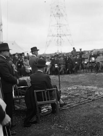 Die hohen Herren der britischen Mandatsverwaltung bei der Eröffnung des PBS