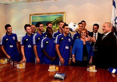 Die U21-Nationalmannschaft mit Ministerpräsident Netanyahu