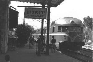 Ein von der Maschinenfabrik Esslingen hergestellter Wagen, der im Zuge der Reparationszahlungen von Deutschland an Israel geliefert wurde, 1956 in Jerusalem